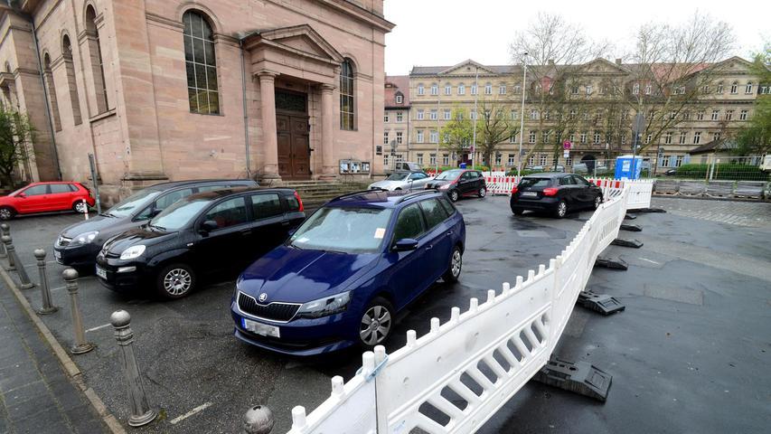 Der Platz vor der katholischen Kirche Unsere Liebe Frau wird in Kassettenoptik gepflastert, er soll sich dadurch bewusst von der Restfläche abheben.