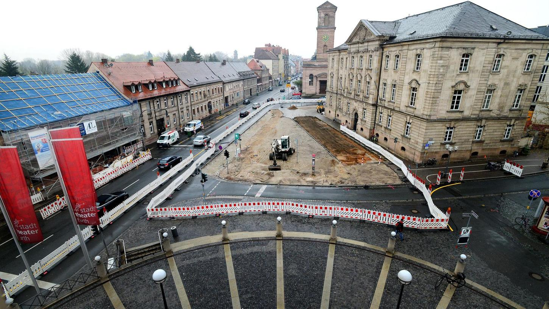 Der Blick vom Stadttheater aus zeigt den inzwischen von Baggern aufgewühlten Franz-Josef-Strauß-Platz vor dem Amtsgericht, der bis Mitte September neu gepflastert und als Grünfläche gestaltet wird. Im Anschluss kommt der Hallplatz, rechts hinten um die Ecke, an die Reihe.