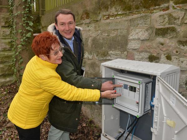 Hannelore Heil-Vestner und Christoph Kintopp von der Abteilung Stadtgrün der Stadt Erlangen drücken den Wasserknopf für den Brunnen.