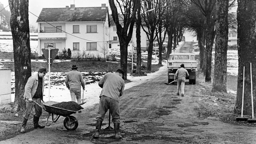 Rund ein Drittel der Straßen sind in Deutschland sanierungsbedürftig, hat der Bund der Steuerzahler jetzt in einer aktuellen Erhebung festgestellt. Ein Problem, mit dem auch die Stadt Pegnitz seit jeher zu kämpfen hat. Unser Bild, aufgenommen vor genau 50 Jahren, beweist es. Damals wurde die Alte Poststraße behelfsmäßig geflickt, wie manche andere Straße auch. Heute ist sie modern ausgebaut, was auch dringend nötig war, nicht nur wegen der Erschließung des Baugebiets Winterleite-Süd.
