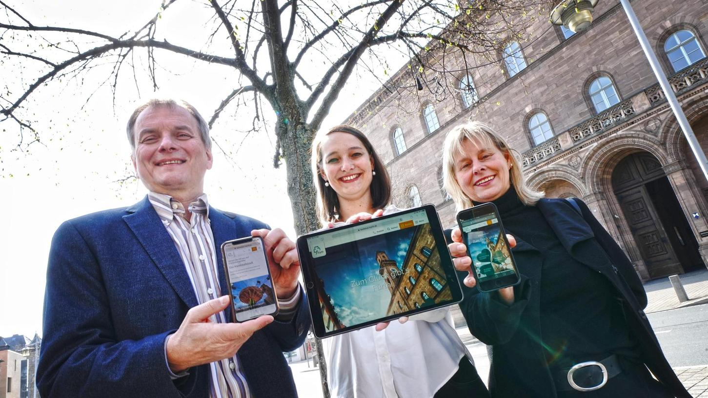 Nach der Imagekampagne, die im Herbst begann, gibt es nun eine neue Tourismus-Website: Wirtschaftsreferent Horst Müller, die Projektbeauftragte Kathrin Reichel (Mitte) und Eike Söhnlein, Leiterin der Tourist-Info, präsentierten sie vor dem Rathaus.