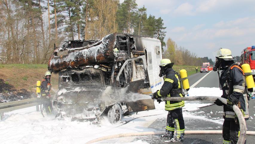 Mitten auf der A9: Wohnmobil steht in Flammen und verursacht Stau