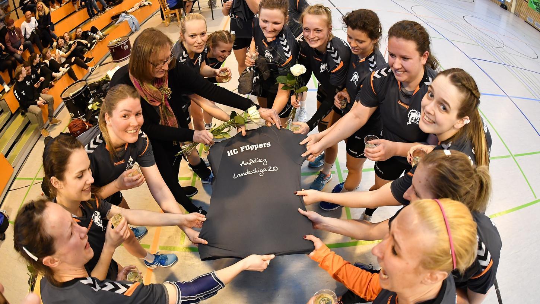 Oh wie ist das schön: Die Handball-Frauen des HC Forchheim feiern mit Bezug auf die Meisterschaft vor drei Jahren den