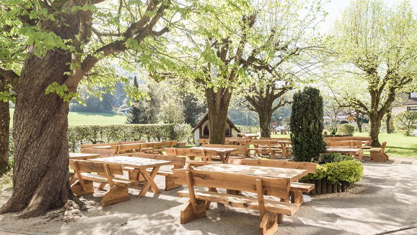 254 unserer User haben ihre Stimme für den Lindenhof am Hubmersberg in Pommelsbrunn abgegeben. Im 400 Quadratmeter großen Lindengarten lässt sich die fränkische Brotzeit oder auch ein Wiener Rostbraten besonders gut genießen.