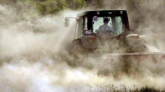 Bei Party auf einem Acker: 17-Jähriger von Traktor überrollt