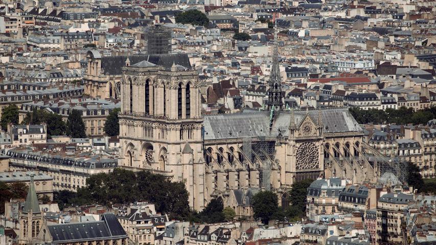 Die Kathedrale von Notre-Dame ist eine der berühmtesten Sehenswürdigkeiten von Paris - jährlich wird sie von etwa zwölf Millionen Menschen besucht. Die Dimensionen der im gotischen Stil konstruierten Kirche mit ihren beiden majestätischen Türmen sind gewaltig: Die Kathedrale ist 127 Meter lang, 40 Meter breit und bis zu 33 Meter hoch.