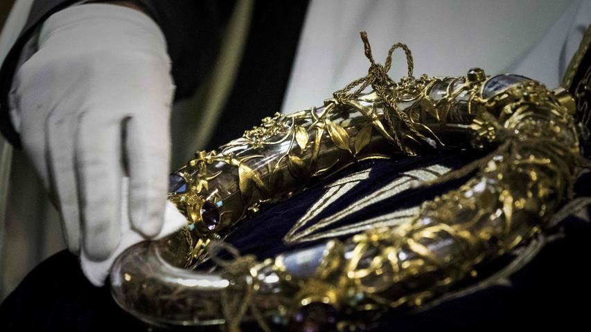 In der Kathedrale befanden sich unzählige religiöse und künstlerische Schätze, ein großer Teil konnte gerettet werden. Eine der wichtigsten Reliquien wurde ebenfalls rechtzeitig aus dem brennenden Gotteshaus gebracht. Es handele sich dabei um die Dornenkrone, die Jesus Christus bei seiner Kreuzigung getragen haben soll, sagte Patrick Chauvet, der Direktor der Kirche. Die Flammen hätten den Schatz nicht erreicht.