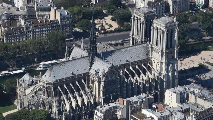 Der Bau von Notre-Dame begann im Jahr 1163 unter Bischof Maurice de Sully, fast 200 Jahre später wurde die Kathedrale dann fertiggestellt. Bis zu Beginn des 14. Jahrhunderts folgten weitere Bauphasen und Erweiterungen. Der Spitzturm kam im 19. Jahrhundert hinzu.