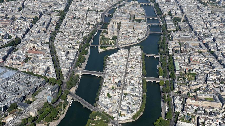 Die Kathedrale steht mitten in der Pariser Altstadt auf einer von zwei Inseln in der Seine, auf der Île de la Cité.