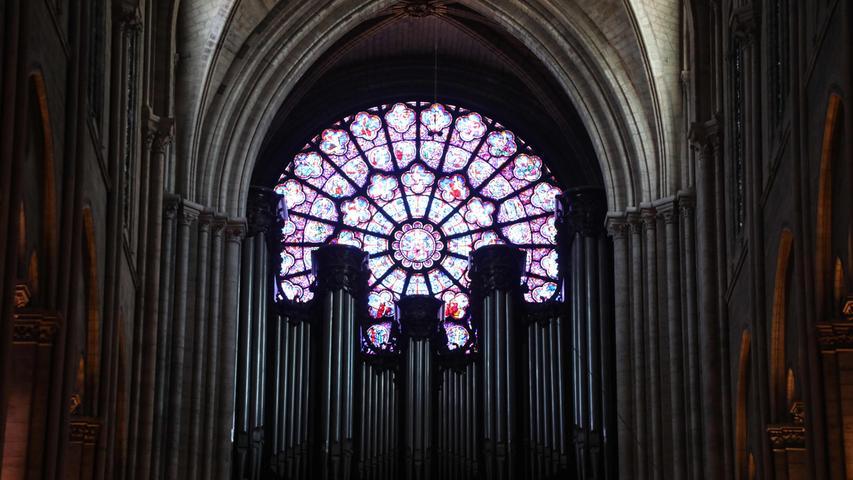 Neben ihrem Gewölbe und dem Chor ist die Kathedrale vor allem wegen der berühmten Fensterrose an der Westfassade bekannt. Dabei handelt es sich um eines der größten Rosettenfenster Europas.