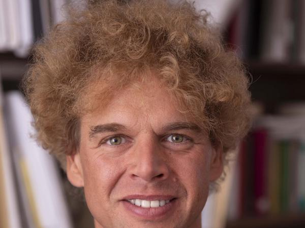 Denny Wilke hat in Nürnberg, Rotterdam und in Bonn studiert. Er ist künstlerischer Leiter der Mühlhäuser Marienkonzerte und Stadtorganist der Marienkirche zu Mühlhausen, einer Wirkungsstätte Johann Sebastian Bachs. Als Organist spielt er auch im Gewandhausorchester Leipzig, der Dresdner Philharmonie und der Staatsphilharmonie Nürnberg.