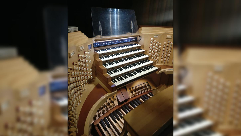 So sieht es aus, das gute Stück. Noch vor wenigen Tagen bereitete sich Organist Denny Wilke an der Orgel auf sein für den Sommer geplantes Konzert vor, das nach der Brandkatastrophe nun nicht stattfinden kann.
