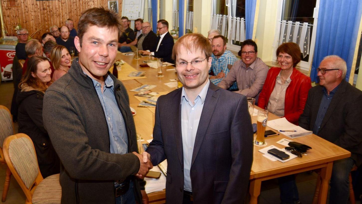 Vom Feuerwehrkommandanten zum Bürgermeister? Jens Meyer (li.) will im nächsten Jahr die Nachfolge von Werner Bäuerlein antreten. Rechts der alte und neue CSU-Ortsverbandsvorsitzende Sebastian Ehard.