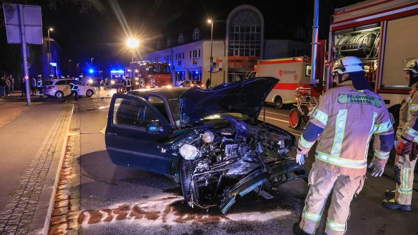 Es geschieht mitten in der Nacht von Donnerstag auf Freitag (19.04.2019). Ein schwerer Verkehrsunfall ereignete sich mitten in Bamberg. Besonders schlimm ist dabei, dass zwei Personen vom Unfallort flüchten und drei Verletzte zurücklassen. Der Unfall ereignete sich gegen 2:30 Uhr in der Magazinstraße. Ein grüner VW-Golf ist auf der Magazinstraße in Richtung Innenstadt unterwegs, als es auf Höhe der Gasfabrikstraße zu einer Kollision mit einem Taxi kommt. Der Golf prallte mit voller Wucht in den linken Heckbereich eines Taxis. Ob das Taxi stand oder aus der Einfahrt fuhr, ist derzeit noch nicht geklärt. Durch die Wucht des Zusammenstoßes wurde die Front des Golfs stark beschädigt und die Airbags ausgelöst.Trotz dieses Zusammenstoßes flüchteten sowohl der Fahrer als auch der Beifahrer des grünen VW-Golfs. Eine dritte Person aus dem Auto, die zurzeit des Unfalls auf der Rücksitzbank saß wurde mit mittelschweren Verletzungen zurückgelassen und anschließend vom Rettungsdienst in ein Krankenhaus gebracht. Ebenfalls verletzt wurden der Taxifahrer und eine Mitfahrerin, beide mittelschwer. Die Polizei leitete eine Fahndung nach den beiden Geflüchteten ein. Ein Großaufgebot an Rettungskräften kümmerte sich um die Verletzten des Unfalls. Glücklicherweise wurde niemand in einem der Fahrzeuge eingeklemmt. Die Polizei übernahm vor Ort die Unfallaufnahme. Für diese Dauer war die Magazinstraße vollgesperrt. Foto: NEWS5 / Merzbach Weitere Informationen... https://www.news5.de/news/news/read/15343