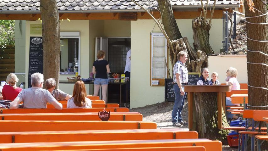 Die ersten Gäste nutzten das Wetter, wie hier auf dem Zeckerner Bierkeller.