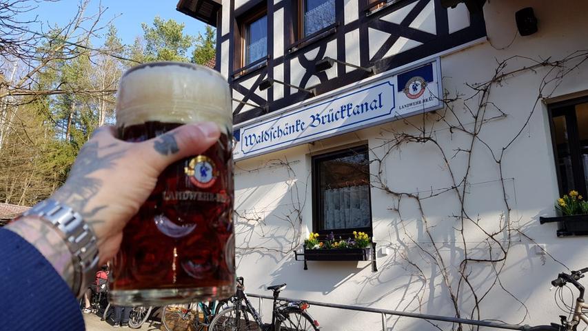 Prost, heißt es auch hier in der  Waldschänke Brückkanal in Feucht. Der Biergarten, der zwischen Schwarzachtal und dem alten Kanal liegt, eignet sich gut für die Verschnaufpausen von Wanderern oder Radlern und hat es in unserem Voting prompt auf Platz 8 geschafft.