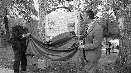 Ein feierlicher Moment: Kanuten-Urgestein Seppl Schneider (links) und OB Thomas Jung enthüllen die Erinnerungstafel an den von Dr. Rudolf Benario und Ernst Goldmann gepflanzten Birken.