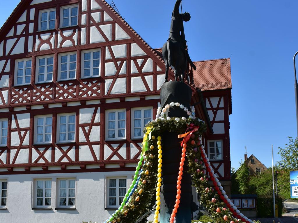 Der Osterbrunnen St. Georg vor dem Rathaus in Igensdorf ist bunt geschmückt.