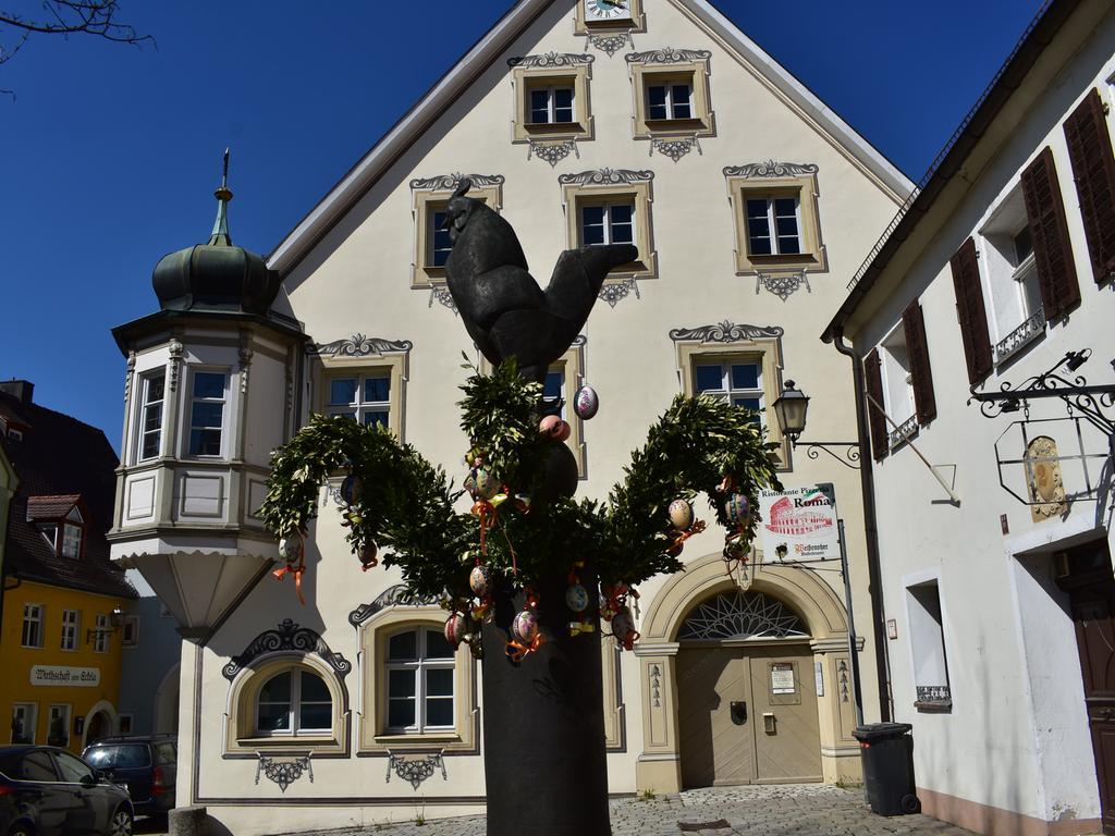 Der Hahn schützt den Osterbrunnen in Gräfenberg.