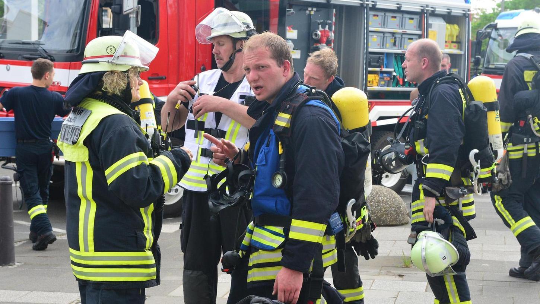 Die Freiwilligen Feuerwehren (hier der Frauenauracher stellvertretende Kommandant Florian Schieder bei einer Übung im Rathaus) leiden unter dem demografischen Wandel und befürchten, in den nächsten Jahren zu wenig Nachwuchs zu haben.