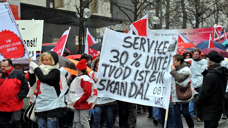 Immer wieder machten Service-Kräfte des Klinikums Fürth, wie hier 2012, ihrem Ärger über die ungleiche Bezahlung Luft.
