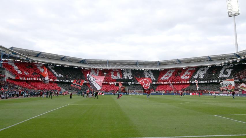 Den Sprung in Deutschlands höchste Spielklasse geschafft und dort direkt unter Druck. Am 119. Geburtstag steckte der Club mitten im Abstiegskampf, verpasst das Klassenerhaltwunder jedoch. Wieder in der unliebsamen Zweitklassigkeit angelangt, wurde aus dem Aufstiegsaspiranten ein Abstiegskandidat. Der Club kämpft. Gegen den sportlichen Absturz. Und gegen die Corona-Pandemie und deren Folgen. Während 2020 der rot-schwarze Klassenerhalt in allerletzter Sekunde gesichert wurde - im Relegationsrückspiel in Ingolstadt erlöste Fabian Schleusener den FCN zum denkbar spätesten Zeitpunkt, gelang dies in einer nicht wirklich sorgenfreien Folgesaison zumindest etwas früher. Alles Gute, Club!