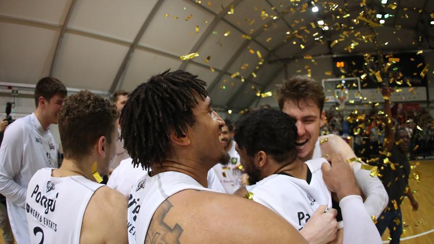29.04.2019 --- Basketball --- Saison 2018 2019 - 2. Bundesliga Pro-A --- PO4: Nürnberg Falcons Basketball Club NBC - MLP Academics Heidelberg --- Foto: Sport-/Pressefoto Wolfgang Zink / DaMa --- ....Freude Jubel nach Spielende - Mannschaft / Team der Nürnberg Falcons NBC jubelt freut sich Freude