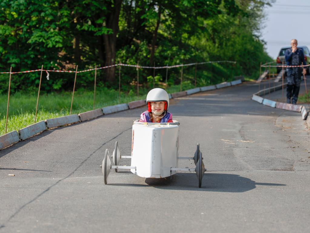 Sehr begehrt bei den jüngeren Teilnehmern war - wie auch in den Vorjahren - die Fahrt in der Seifenkiste. Mit elektronischer Zeitmessung lieferten sich die Kinder heiße Rennen auf der abschüssigen Piste.
