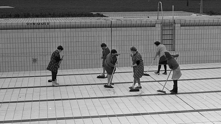 """Den Nürnberger """"Wasserratten"""" werden heuer Badefreuden wie noch nie versprochen. Die Stadt und der 1. FCN sind dem für Nürnberg bahnbrechenden Beispiel des Schwimmerbundes Bayern 07 gefolgt und haben im Freibad West und in die neue Anlage am Valznerweiher Wärmeaggregate eingebaut, die das Tummeln im Wasser von Wind und Wetter unabhängig machen. Hier geht es zum Artikel vom 3. Mai 1969: Packt die Badehosen aus!"""