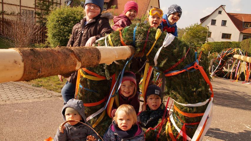 Die Traditionspflege wird in Altmühlfranken großgeschrieben, wie man am Vorabend des 1. Mai deutlich wurde. In vielen Dörfern wurden schmucke Maibäume aufgestellt, hier in Rehenbühl.