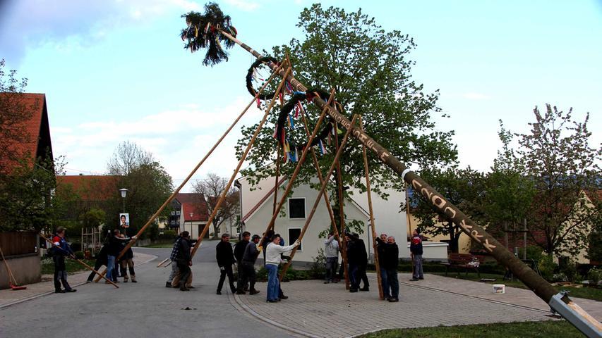 Die Traditionspflege wird in Altmühlfranken großgeschrieben, wie man am Vorabend des 1. Mai deutlich wurde. In vielen Dörfern wurden schmucke Maibäume aufgestellt, hier in Degersheim.