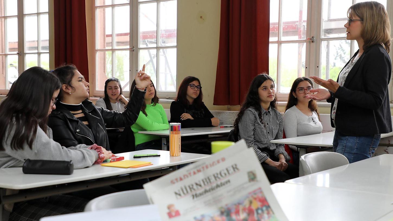 Welche Medien nutzt du? In der Klasse 8a des Pirckheimer-Gymnasiums in Nürnberg stehen nach dieser Frage der Redakteurin Instagram, Google, Snapchat und YouTube neben Tagesschau, bild.de und Nürnberger Nachrichten an der Tafel. Und es folgt eine Diskussion über die Glaubwürdigkeit von Nachrichtenquellen.