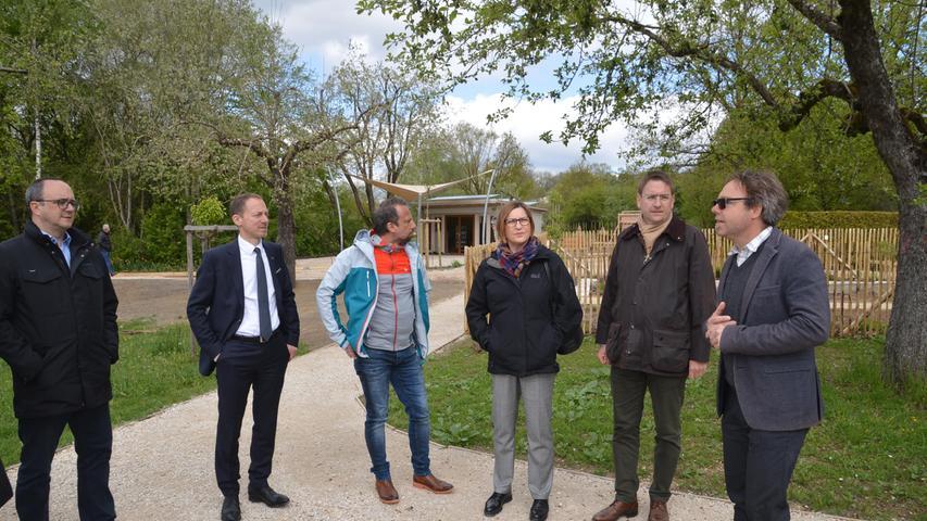 Besuch im Blumen-Paradies: Der bayerische Umweltminister Thorsten Glauber (FW) stattete drei Wochen vor der offiziellen Eröffnung der Landesgartenschau in Wassertrüdingen einen Besuch ab. Foto: Peter Tippl 3. Mai 2019