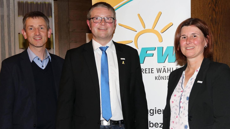 Hans Martin Grötsch (M.) strebt das Amt des Bürgermeisters in Königstein an. Ortsvorsitzende Doris Lehnerer und Kreisvorsitzender Albert Geitner unterstützen ihn.