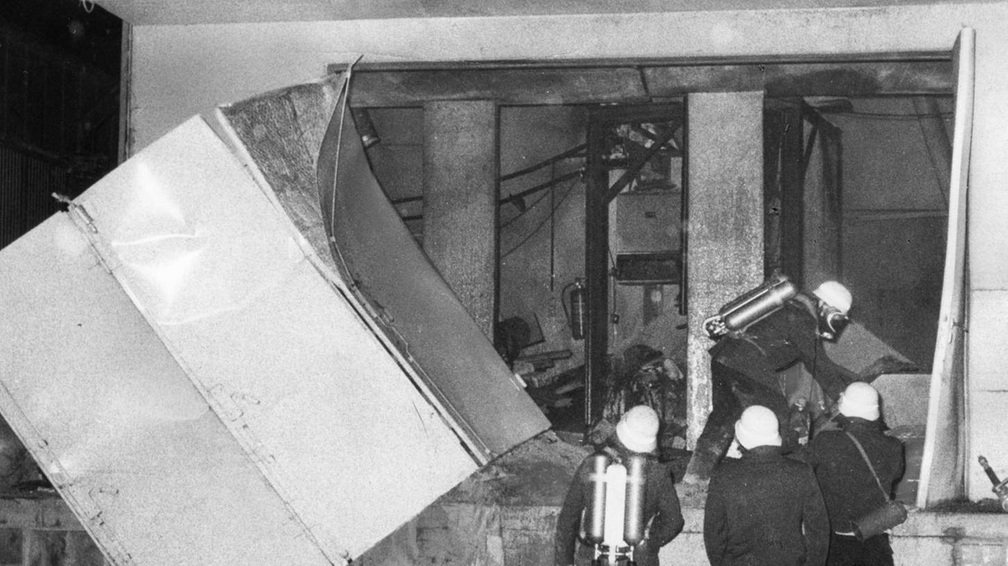 Bild der Verwüstung: Einsatzkräfte der Feuerwehr inspizieren das vollkommen zerstörte Maschinenhaus der Siloanlage an der Rotterdamer Straße.