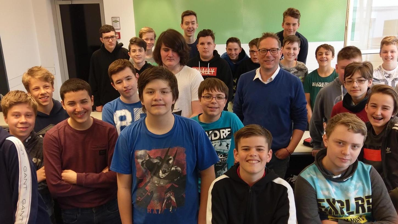 So kess und selbstbewusst wie die Klasse 8a in die Kamera blickt, lassen sich die Schüler gewiss kein X für ein U vormachen. Diesen Eindruck nahm NN-Redakteur Hauke Höpcke von seinem Besuch an der Knabenrealschule mit.