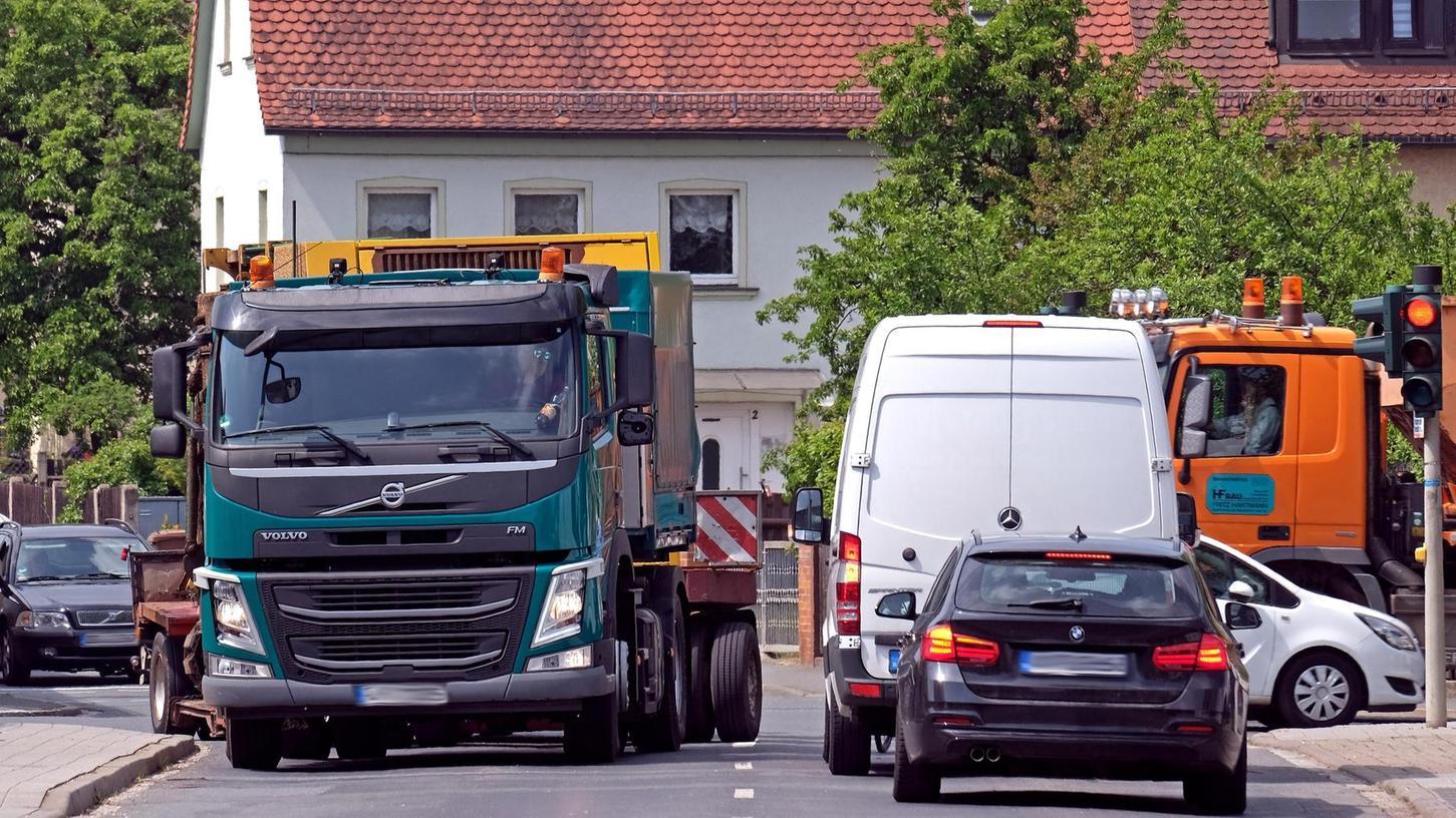 Täglicher Infarkt: Der Verkehr quetscht sich durch die Fürther Straße in Siegelsdorf. Der Ortsteil würde von der Umgehung profitieren.