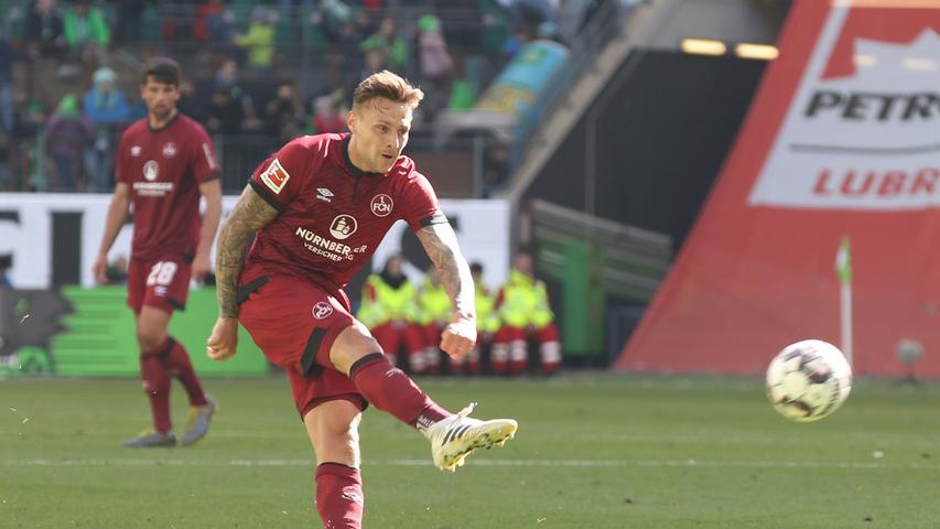 In der 56. Minute fasst sich Robert Bauer ein Herz und hämmert den Ball einfach mal aufs Wolfsburger Gehäuse. Knapp drüber.