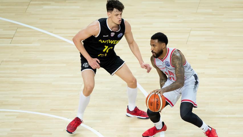 05.05.2019, Belgien, Antwerpen: Basketball: Champions League: Final Four, Spiel um Platz 3, Antwerp Giants - Brose Bamberg: Dave Dudzinski (l) von Antwerpen in Aktion. Foto: Kristof Van Accom/BELGA/dpa +++ dpa-Bildfunk +++