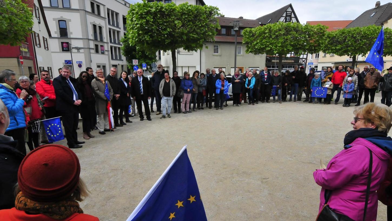 """Sie alle zeigten am Marktplatz Flagge für Europa: Beim letzten """"Pulse of Europe"""" sprachen unter anderem Forchheims Oberbürgermeister Uwe Kirschstein, Ebermannstadts Stadtchefin Christiane Meyer und Bundestagsabgeordneter Andreas Schwarz."""