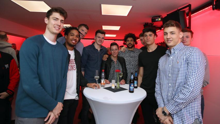 05.05.2019 --- Basketball --- Saison 2018 2019 - 2. Bundesliga Pro-A --- Nürnberg Falcons Basketball Club NBC - Abschlußfeier Saisonabschlußfeier --- Foto: Sport-/Pressefoto Wolfgang Zink / DaMa --- ....Mannschaft / Team des NBC steht um Stehtisch