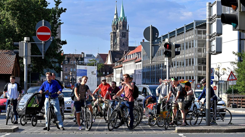 Statt 1,125 Millionen Euro wie in den vergangenen Jahren stehen heuer und in den beiden nächsten Jahren jeweils 3,7 Millionen Euro für den Ausbau von Fahrradwegen zur Verfügung.