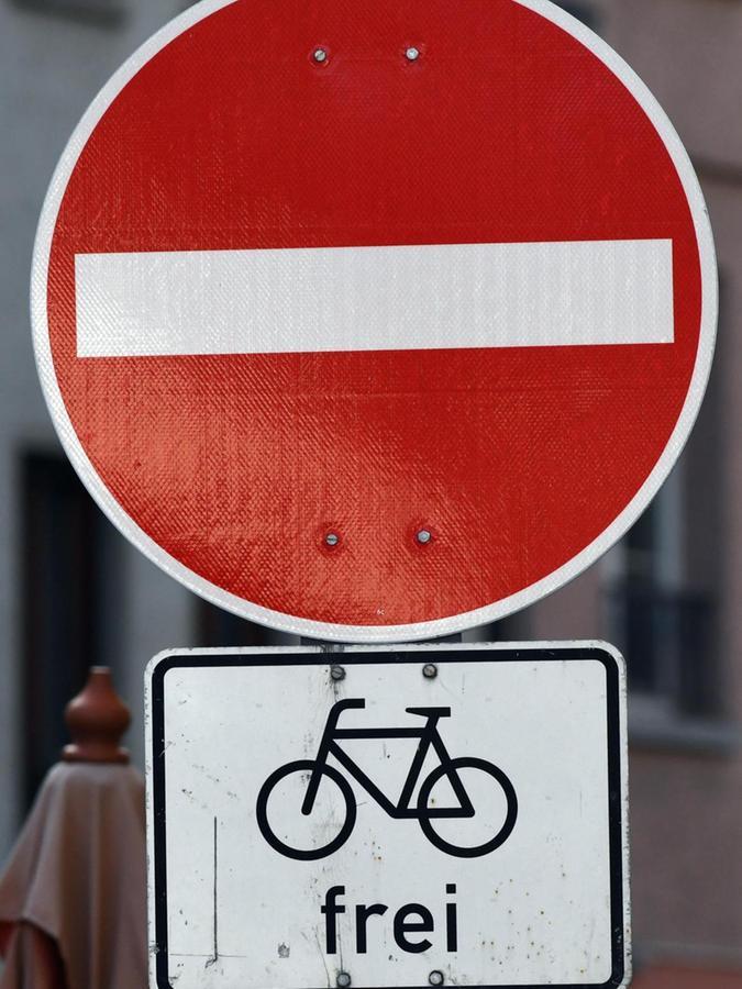 Wo das Zusatzschild hängt, dürfen Radler weiterfahren.