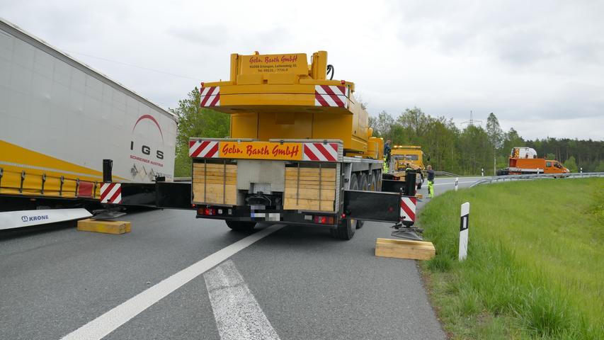 Die Autofahrer, die am Mittwochvormittag (08.05.2019) auf dem Autobahnkreuz Altdorf (Lkr. Nürnberger Land) unterwegs waren, sind an Dreistigkeit kaum zu überbieten. Nach einem schweren Lastwagenunfall missachteten mehrere Autofahrer die Absperrung der Einsatzkräfte.Alles begann damit, dass ein Lastwagenfahrer, der auf der Überleitung von der A3 auf die A6 in Richtung Nürnberg unterwegs war, seinen Auflieger bei voller Fahrt verlor. Der Auflieger krachte darauf in die Leitplanke, ehe er mitten auf dem Kreuz stehen blieb.In der Folge rückte ein Bergeunternehmen auf das Kreuz aus, um den Auflieger in zeitaufwendiger Kleinarbeit zunächst mit einem Kran anzuheben und ihn schließlich abzutransportieren. Damit die Einsatzkräfte in Ruhe ihre Arbeit erledigen konnten, wurde die Überleitung für den Verkehr gesperrt. Doch eben diese Absperrung ignorierten mehrere Autofahrer und fuhren auf der Überleitung weiter bis zur Einsatzstelle, wo sie schließlich wendeten.