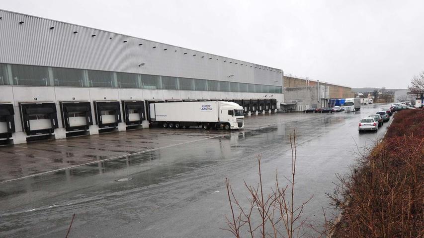Elf Logistikzentren unterhält Amazon in Deutschland. Die haben unter anderem eines gemeinsam - sie sind ziemlich weit weg von Nordbayern. Das ändert sich aber bald: Im einstigen Lidl-Vertriebsgebäude (Foto) bei Neuses im Landkreis Forchheim soll ein Sortierzentrum entstehen. Das schafft voraussichtlich 200 Arbeitsplätze.