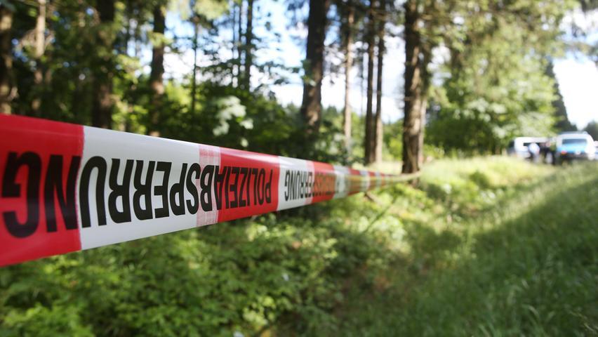 Immer wieder wurden im Mordfall Peggy ganze Waldstücke abgesperrt und durchkämmt. Trotzdem gab es jede Menge Ermittlungspannen. Der Mörder des Mädchens läuft bis heute frei und unerkannt herum.