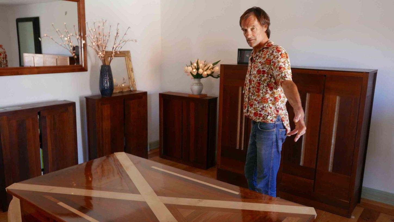Ralf Hülbig fertig Möbel mit eigenwilligen und eigenständigen Interpretationen historischer Vorbilder und überrascht mit manch versteckten Details und außergewöhnlichen Oberflächen.