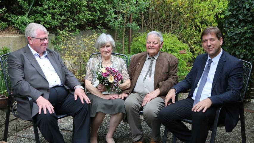 """Gekannt haben sich Erich und Babette Potzner schon von Kindheit an. Als gute Tänzer fanden sie 1957 auf dem Tanzboden von Kunreuth zusammen. Vor Pfarrer Trenkle gaben sie sich im Mai 1959 in der Pfarrkirche St. Lukas von Kunreuth das Jawort, das jetzt 60 Jahre gehalten hat. Ein Grund, für viele Freunde und Verwandte zur diamantenen Hochzeit zu gratulieren. Babette Potzner ist eine gebürtige Hofmann aus Mittelehrenbach. In Kunreuth fand sie rasch Aufnahme in die Gemeinschaft. Das Paar hat seit jeher seinen Platz in der Gesellschaft von Kunreuth. Erich Potzner ist mehr als 60 Jahre Sänger; dem gemischten Chor stand er 18 Jahre vor. Als Ehrenvorsitzender war er 15 Jahre aktiv. 21 Jahre gehörte Erich Potzner dem Gemeinderat an, außerdem ist er Feldgeschworener, Mitglied des Kirchenvorstands, des Dekanatsausschusses und er wirkte mehr als ein halbes Jahrhundert im Posaunenchor. Stolz blickt das Jubelpaar auf seine drei Söhne. Roland kam aus Köln angereist, Reinhardt und Günther blieben im Frankenland heimisch. Drei Enkelkinder und ein Urenkel machen viel Freude. """"Unsere Söhne sind alle musikalisch und prägen das Musikleben auf hohem Niveau; es war schon immer eine musikalische Grundstimmung im Haus, da konnte sich etwas entwickeln"""", erinnert sich Sohn Günther. Babette Potzner war die Seele in der Familie. Trotz des starken Engagements fand das Paar die Zeit, fast alle Länder Europas zu bereisen, manchmal nahmen sie sogar die Fahrräder mit. Als eine der schönsten Reisen bezeichnet Babette eine Reise durch Russland, organisiert von ihrem Sohn, der russisch spricht. Für die Gemeinde Kunreuth gratulierte Bürgermeister Konrad Ochs: """"Die ganze Familie ist im Dorf eingebunden und engagiert. Das hat sich von Generation zu Generation vererbt."""" """"Hier schlagen zwei Herzen für Kunreuth"""", sagte Landrat Hermann Ulm, der im Namen des Landkreises Forchheim die Glück- und Segenswünsche überbrachte."""