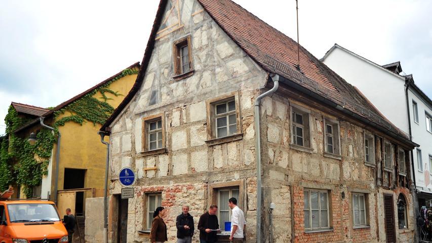 Anfang der 2000er Jahre gab es eine Phase, in der die Geschichte der Häuser erst entdeckt und das beim Bau verwendete Holz untersucht wurde, wie bei diesem hier in der Hornschuchallee 30. Mehr über die historische Nutzung der Gebäude ist in den zwei Bänden des Werks