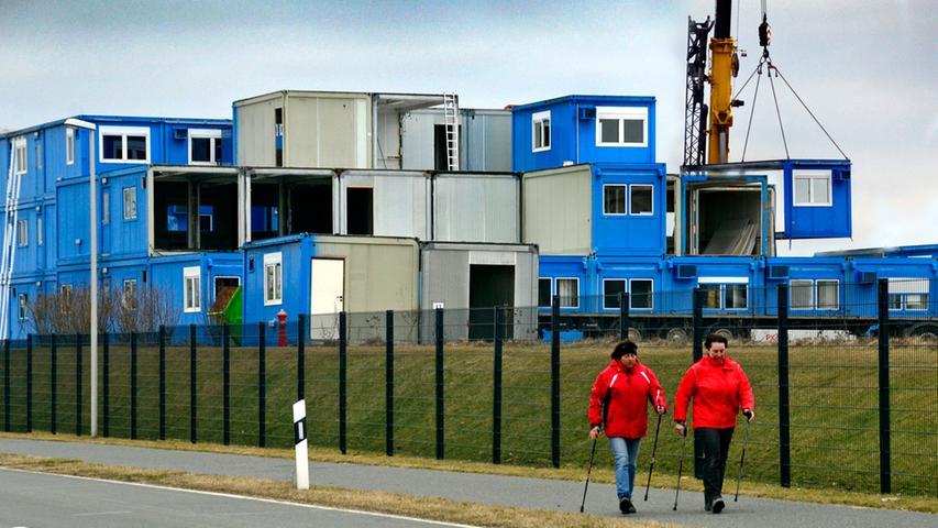 DATUM: 12.03.2012..RESSORT: Lokales ..FOTO: Horst Linke ..MOTIV: Die Container auf dem world-of-sports-Gelände werden abgebaut..